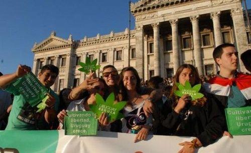 Activistas pro-cannabis uruguayos en un mitin por la legalización.