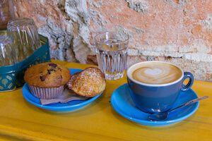 Podras disfrutar con un cafe y pasteles o magdalenas de cannabis