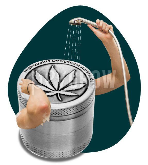Imagen de un grinder dándose una ducha para quitarse la resina*