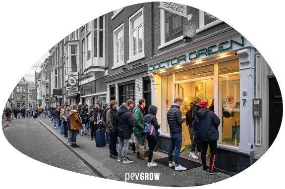Image d'une file d'attente de personnes se préparant à acheter du cannabis aux Pays-Bas pendant le Covid-19*